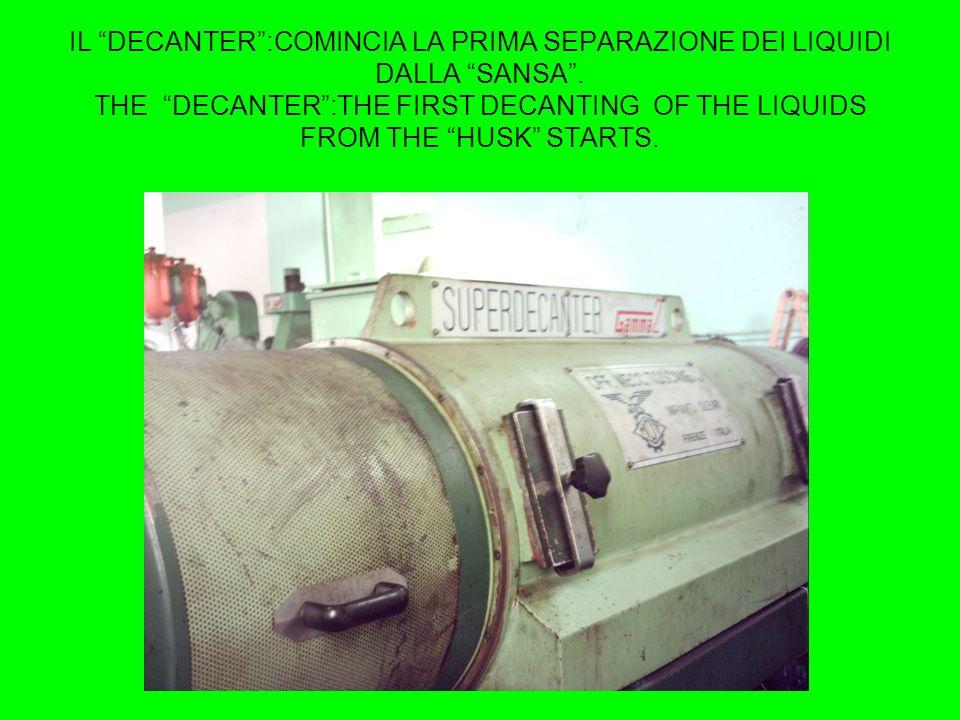 Delle pale ad elica smuovono continuamente la pasta di olive. Some blade vanes move continuously the olive paste.