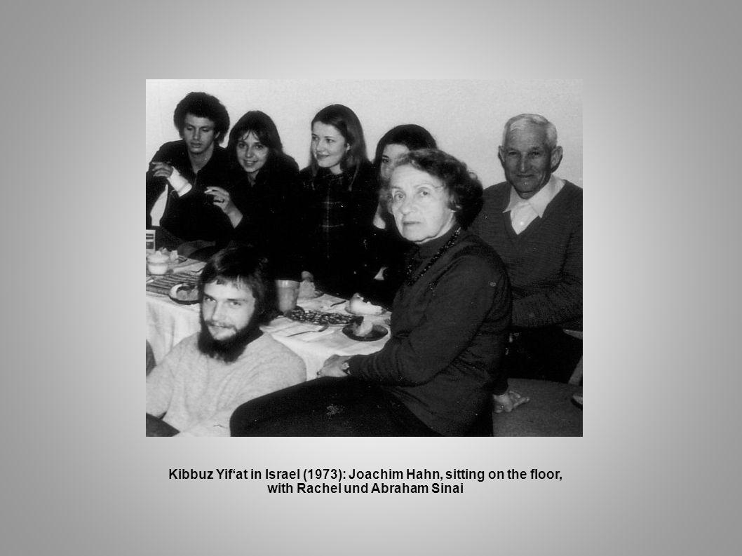 Kibbuz Yifat in Israel (1973): Joachim Hahn, sitting on the floor, with Rachel und Abraham Sinai