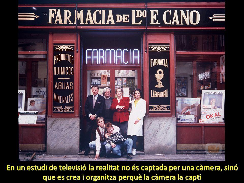 En un estudi de televisió la realitat no és captada per una càmera, sinó que es crea i organitza perquè la càmera la capti