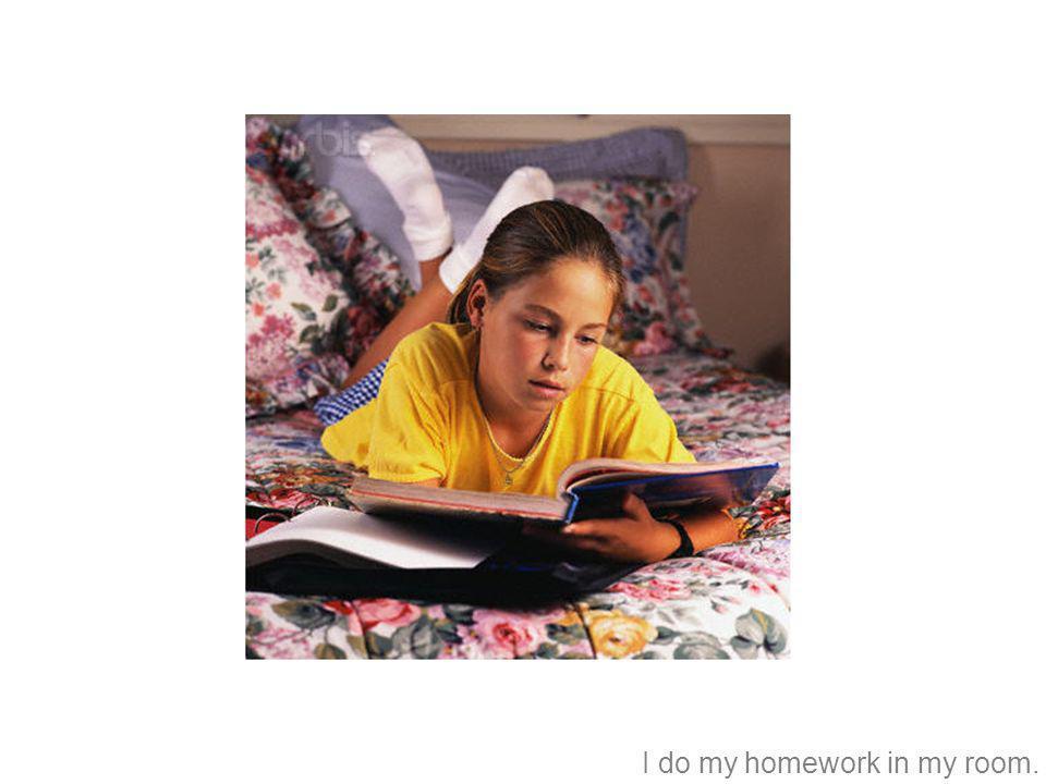 Hango mi tarea en mi cuarto.