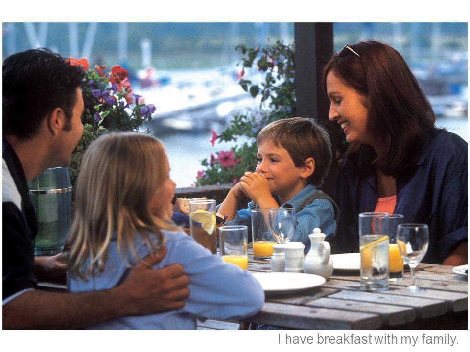 Tomo el desayuno con mi familia.