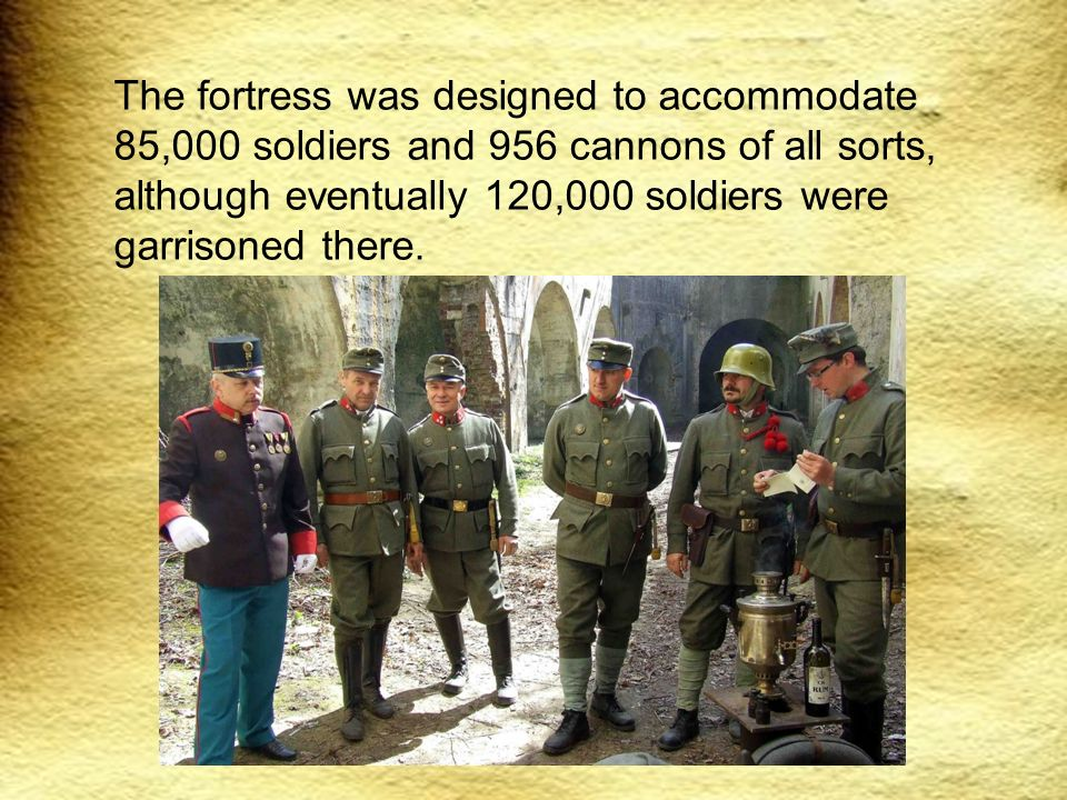 The fortress was designed to accommodate 85,000 soldiers and 956 cannons of all sorts, although eventually 120,000 soldiers were garrisoned there.