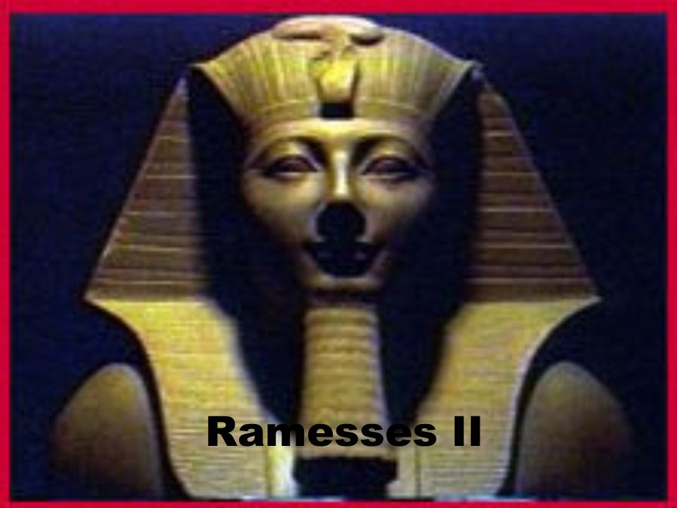 What famous sculpture is located near the pyramids on the Giza plain?