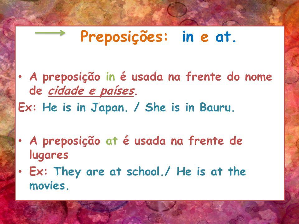 Preposições: in e at. A preposição in é usada na frente do nome de cidade e países.