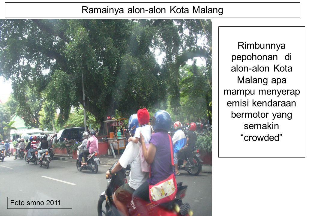 Ramainya alon-alon Kota Malang Rimbunnya pepohonan di alon-alon Kota Malang apa mampu menyerap emisi kendaraan bermotor yang semakin crowded Foto smno 2011