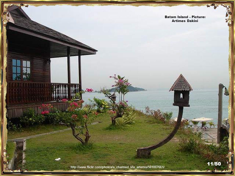 http://www.flickr.com/photos/arumaga/3043040968/ Chinese Temple, Punggur, Batam - Picture: Pietra Arumaga 10/50