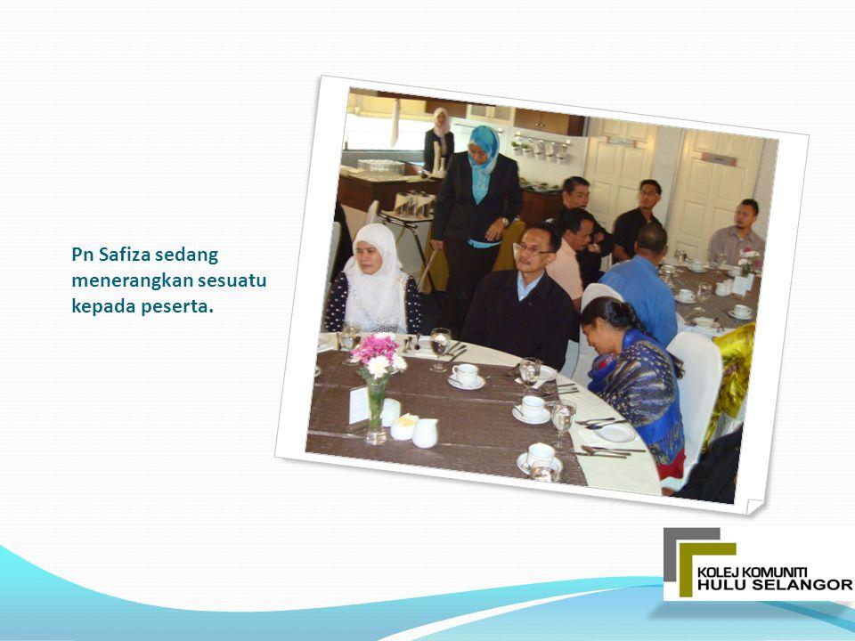 Pn Safiza sedang menerangkan sesuatu kepada peserta.