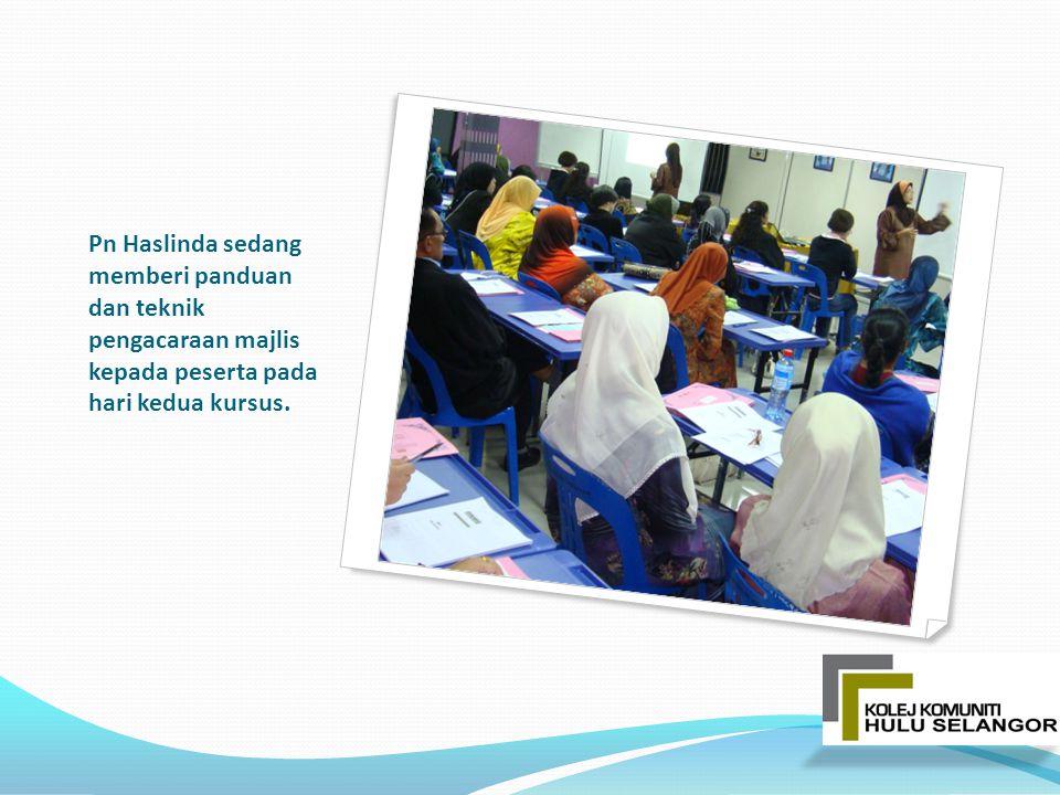 Pn Haslinda sedang memberi panduan dan teknik pengacaraan majlis kepada peserta pada hari kedua kursus.