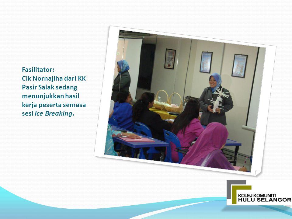Fasilitator: Cik Nornajiha dari KK Pasir Salak sedang menunjukkan hasil kerja peserta semasa sesi Ice Breaking.