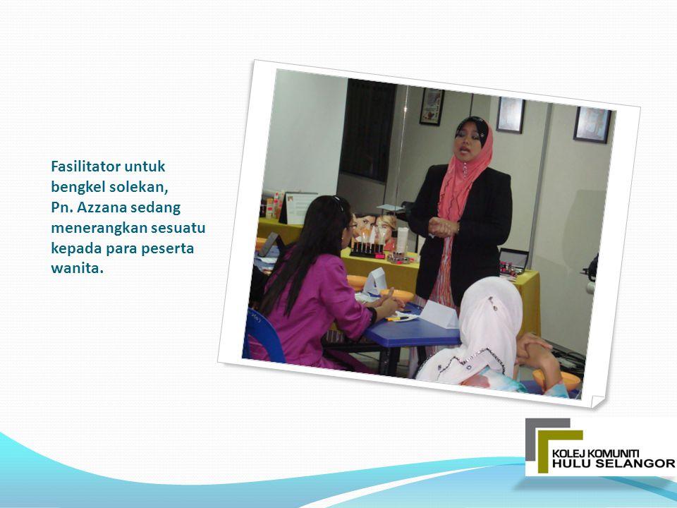 Fasilitator untuk bengkel solekan, Pn. Azzana sedang menerangkan sesuatu kepada para peserta wanita.