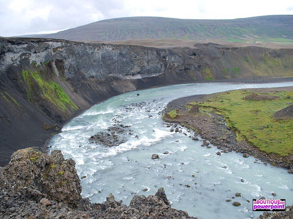 La cascada Aldeyjarfoss está situada en el norte de Islandia, en la Sprengisandur Highland Road lo que significa que se encuentra en el interior de la parte norte de Islandia.