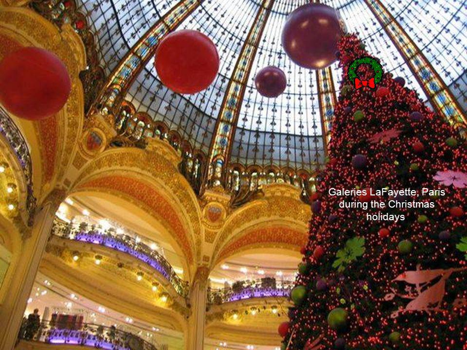 Galeries LaFayette, Paris, France Joyeux Nöel!
