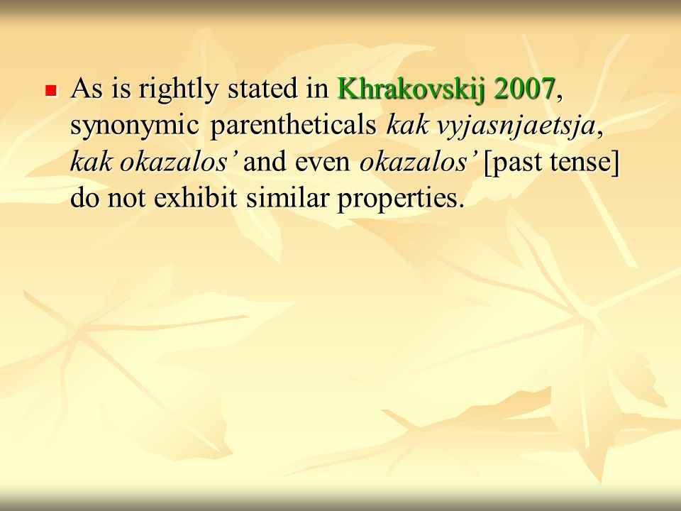 As is rightly stated in Khrakovskij 2007, synonymic parentheticals kak vyjasnjaetsja, kak okazalos' and even okazalos' [past tense] do not exhibit similar properties.