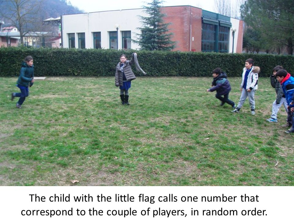 The child with the little flag calls one number that correspond to the couple of players, in random order.