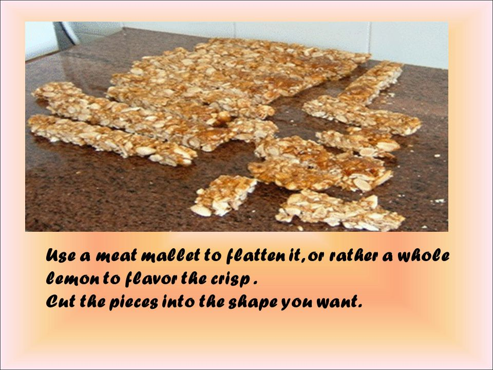 When sugar is melted, add the almonds, and stir vigorously for a few seconds on the fire. Spreads the mixture on a oiled marble and lemon juice.