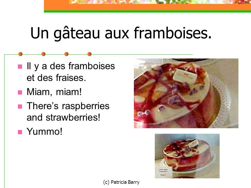 (c) Patricia Barry Un gâteau aux framboises. Il y a des framboises et des fraises.
