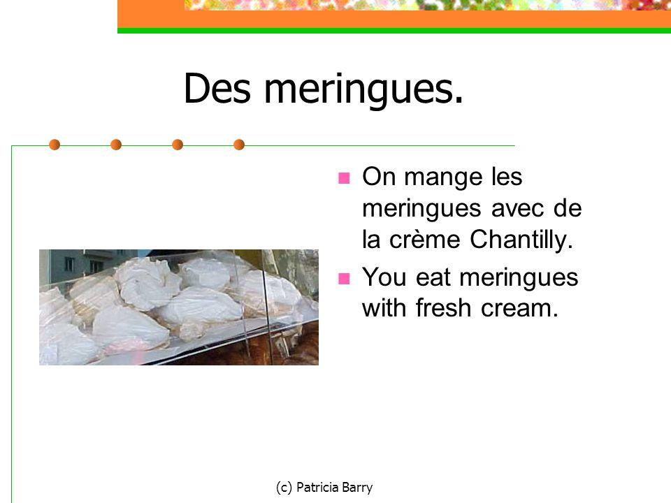 (c) Patricia Barry Des meringues. On mange les meringues avec de la crème Chantilly.