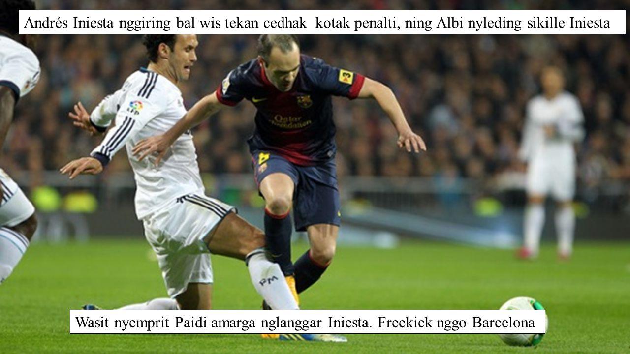 Andrés Iniesta nggiring bal wis tekan cedhak kotak penalti, ning Albi nyleding sikille Iniesta Wasit nyemprit Paidi amarga nglanggar Iniesta.