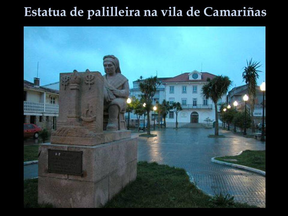 Estatua de palilleira na vila de Camariñas