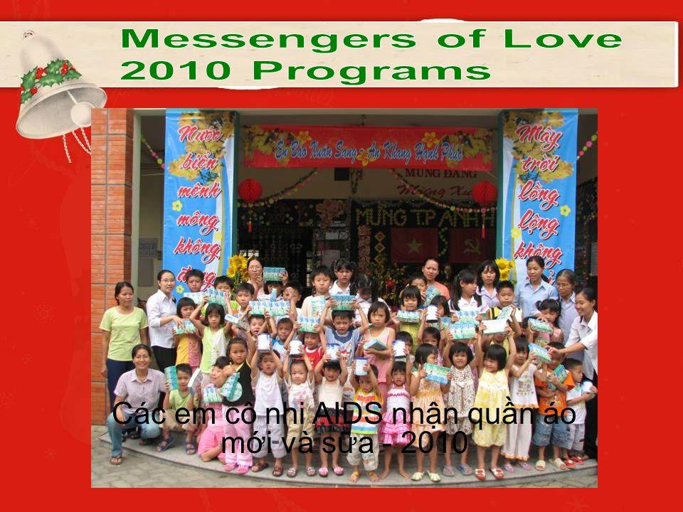 Các em cô nhi AIDS nhận quần áo mới và sữa - 2010