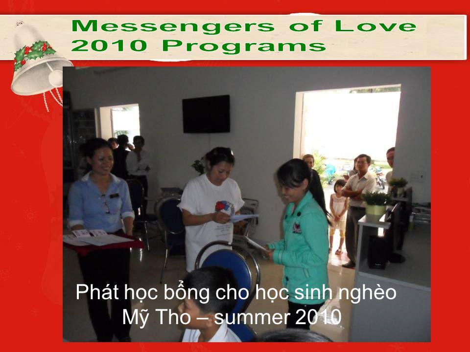 Phát học bổng cho học sinh nghèo Mỹ Tho – summer 2010