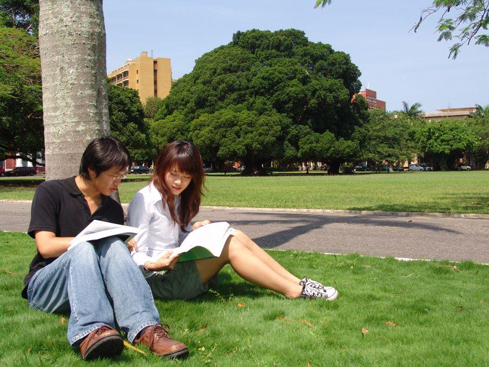 成功大學 成立於 1931 於台南 (鄭成功 的故鄉 ) 工學院,理學院,文學院, 電機資訊,規劃設計, 管理學院,醫學院,社會科學,生物科技學院 學生 : 20538 名 (10462 名大學生, 6948 名碩士, 3128 名博士 教授 : 1789 名 職員 : 3673 名 (1520 名於大學部, 2153 名於附設醫院 ) 台灣第二大大學 企業界最愛