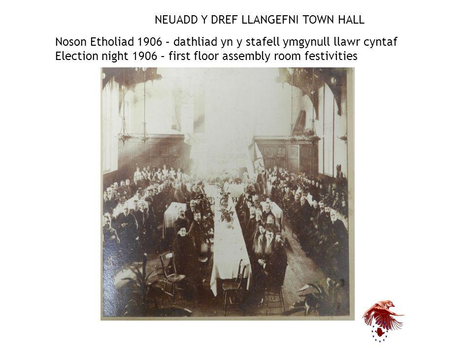 NEUADD Y DREF LLANGEFNI TOWN HALL Noson Etholiad 1906 – dathliad yn y stafell ymgynull llawr cyntaf Election night 1906 – first floor assembly room festivities