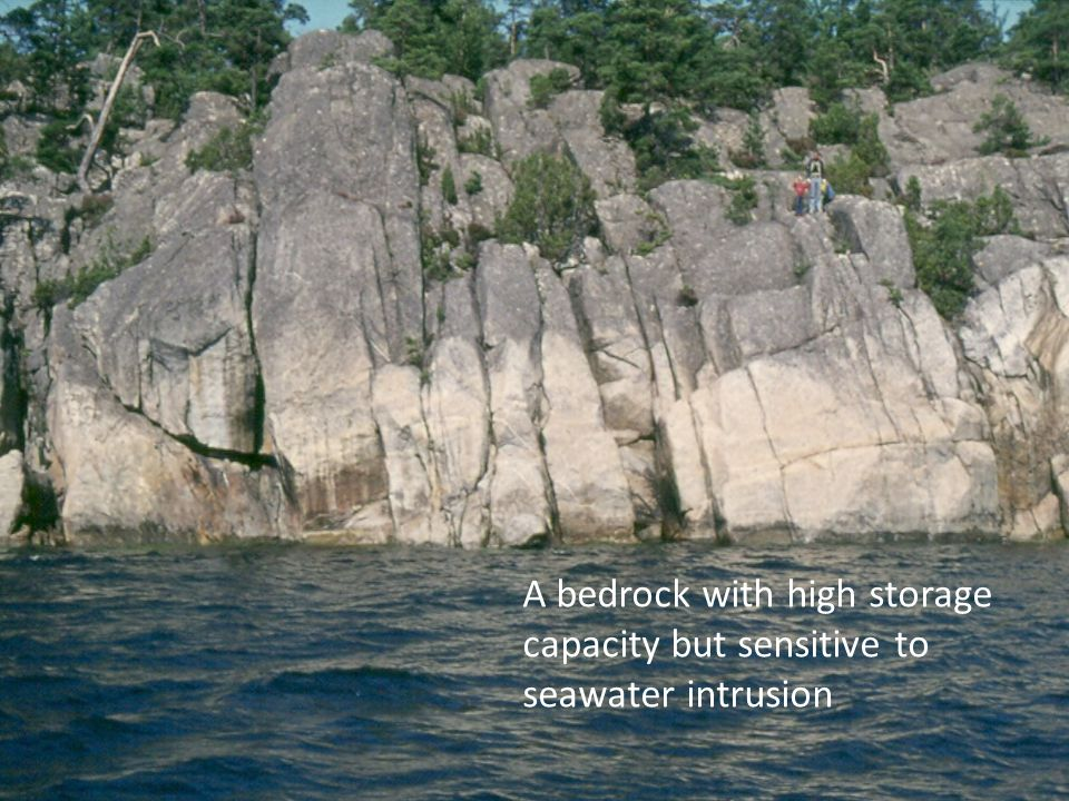 A bedrock with high storage capacity but sensitive to seawater intrusion