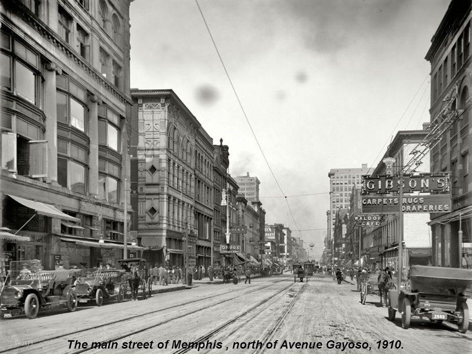 Atlantic City, 1910. Wonder why they re carrying umbrellas - no sun! No rain!