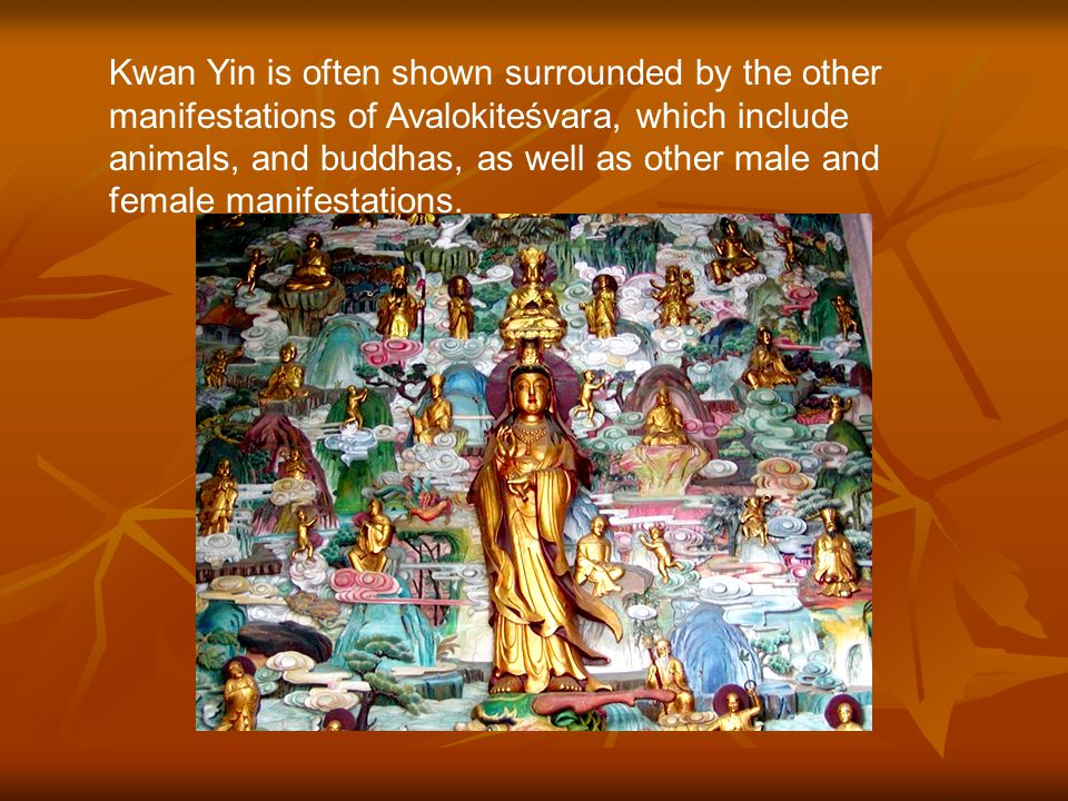 大雄宝殿 Directly behind the Buddha is the bodhisattva Kwan Yin (Guan Yin).