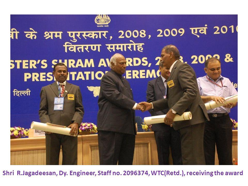 Shri R.Jagadeesan, Dy. Engineer, Staff no. 2096374, WTC(Retd.), receiving the award