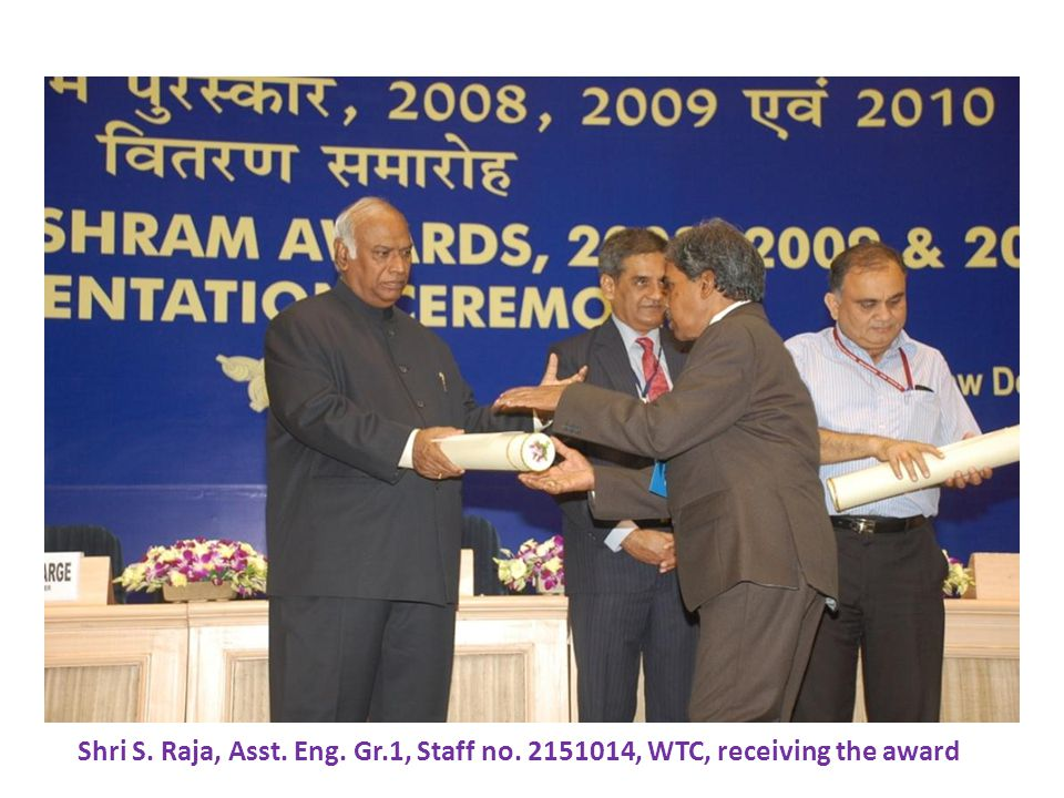 Shri S. Raja, Asst. Eng. Gr.1, Staff no. 2151014, WTC, receiving the award