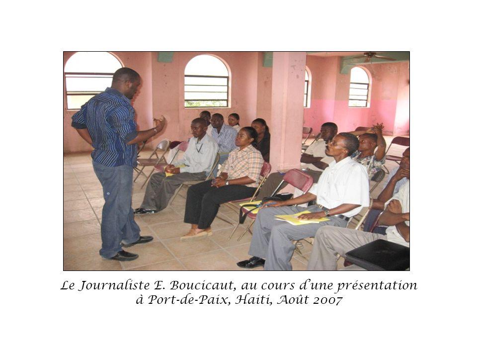 Le Journaliste E. Boucicaut, au cours d'une présentation à Port-de-Paix, Haiti, Août 2007