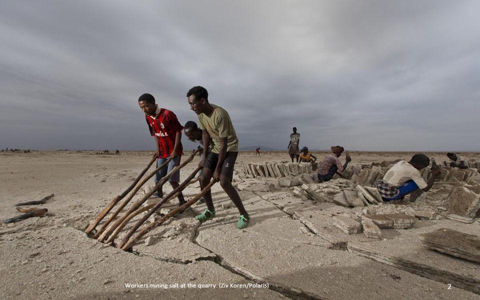 衣索比亞北部的阿爾法窪地(又稱為達納基爾窪地)是地球上最熱的地方之一。這一地區大 部分都處於海平面 90 米以下﹐就像一個大鍋﹐夏季時的溫度能達到 49 攝氏度﹐並且伴有活躍的火 山活動。色彩豐富而環境極端的阿爾法窪地﹐同時也出產一種非常有價值的貨物﹕鹽。阿爾法人 在這裡採鹽的歷史已經有數個世紀。這