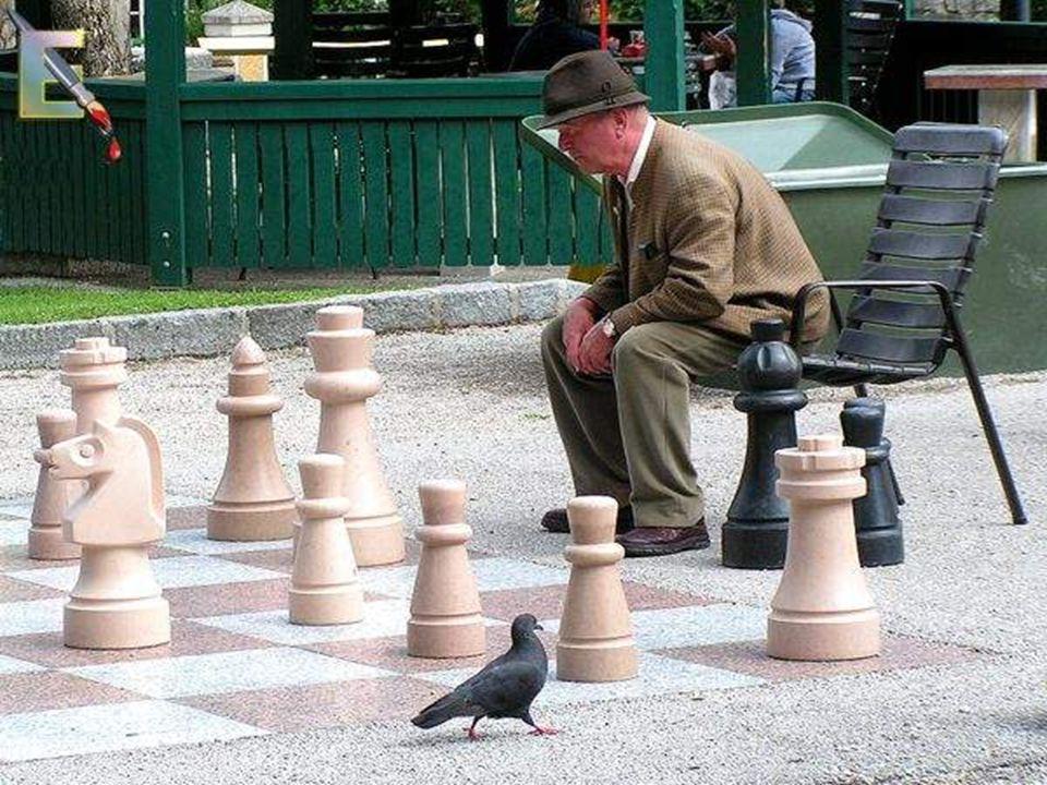 היסטוריה מקורותיו של משחק השחמט לוטים בערפל ושנויים במחלוקת, והמצאתו יוחסה לאימפריות שונות של העולם העתיק בסין, בהודו, מצרים או פרס.