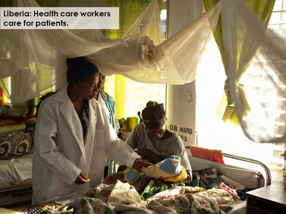 Liberia: Health care workers care for patients.