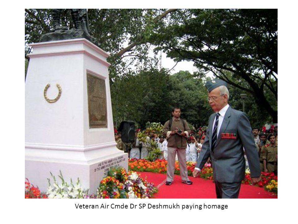 Veteran Air Cmde Dr SP Deshmukh paying homage