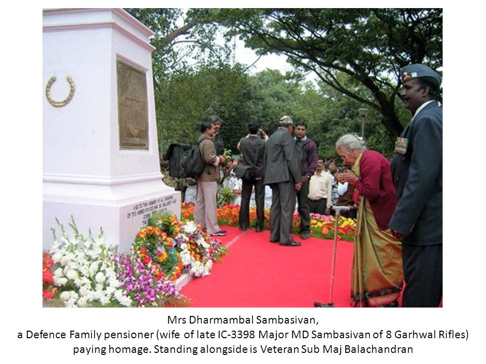 Mrs Dharmambal Sambasivan, a Defence Family pensioner (wife of late IC-3398 Major MD Sambasivan of 8 Garhwal Rifles) paying homage.