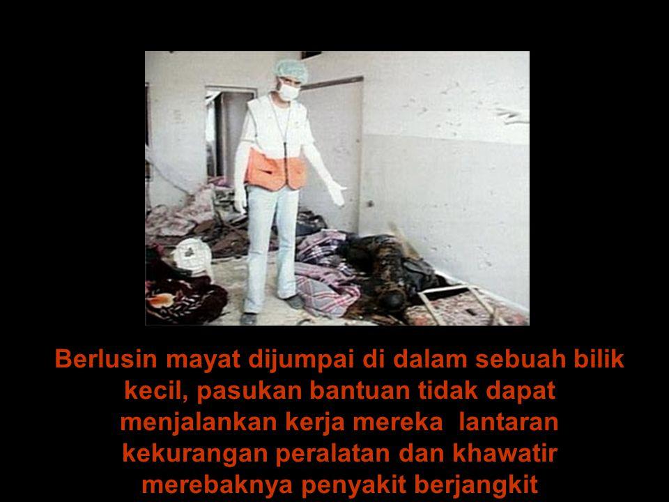 Berlusin mayat dijumpai di dalam sebuah bilik kecil, pasukan bantuan tidak dapat menjalankan kerja mereka lantaran kekurangan peralatan dan khawatir merebaknya penyakit berjangkit
