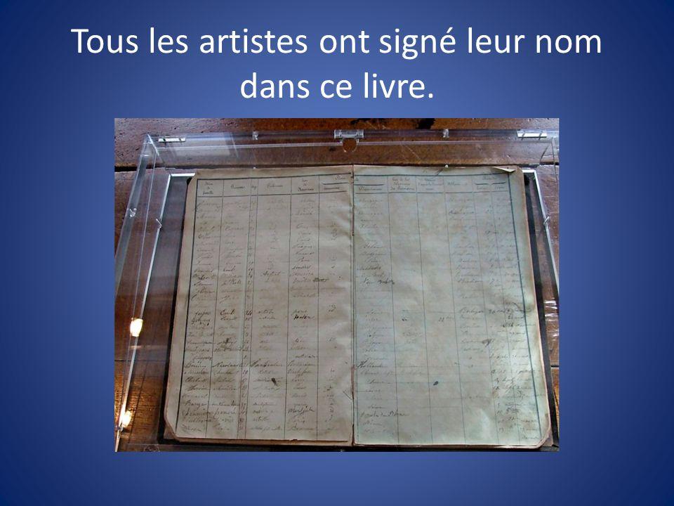 Tous les artistes ont signé leur nom dans ce livre.