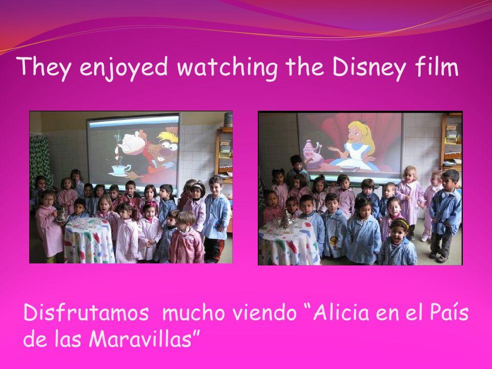 """They enjoyed watching the Disney film Disfrutamos mucho viendo """"Alicia en el País de las Maravillas"""""""