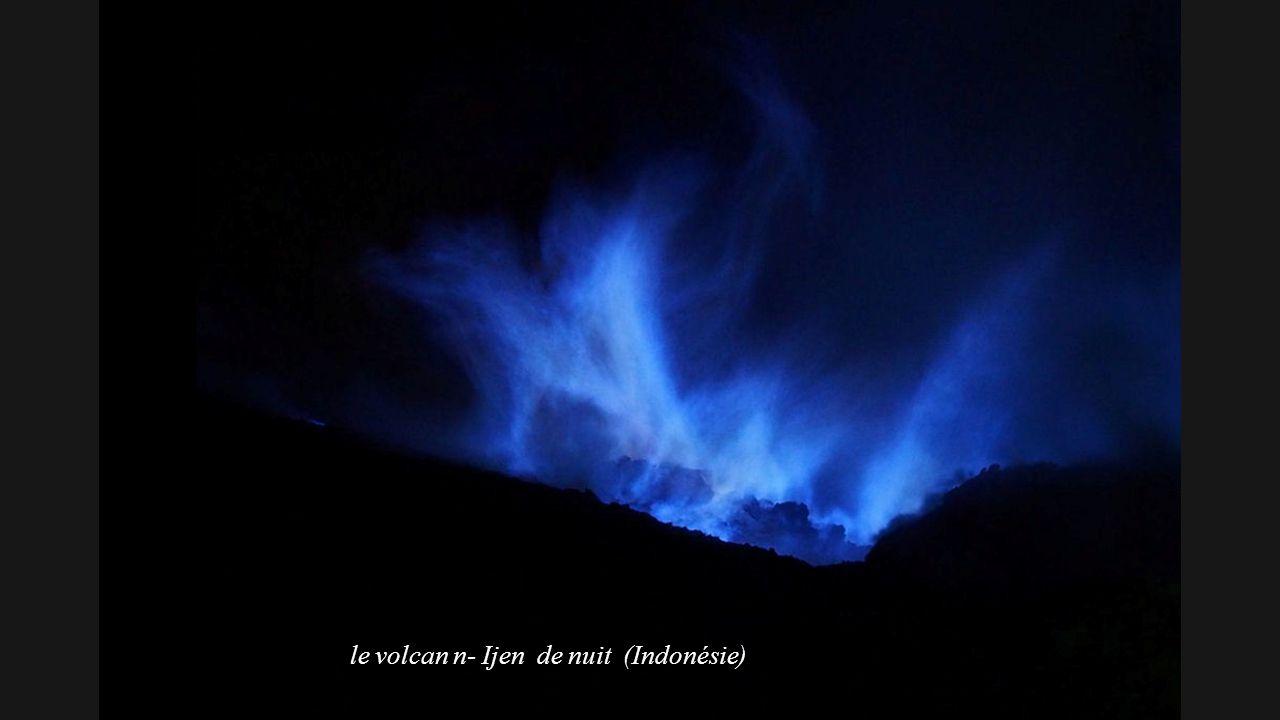 Le volcan n- Ijen en Indonésie ( de jour)