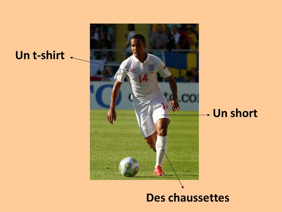 Un t-shirt Un short Des chaussettes