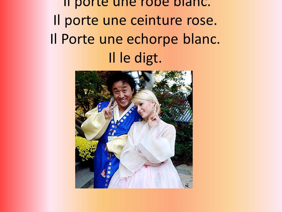 Paris Hilton Il porte une robe blanc. Il porte une ceinture rose.