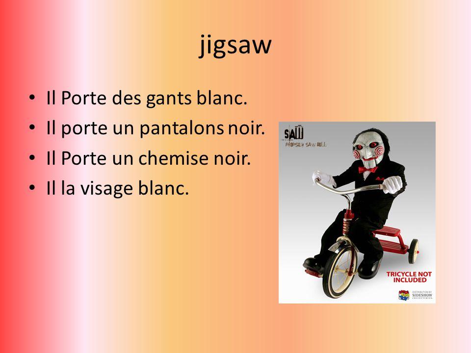 jigsaw Il Porte des gants blanc. Il porte un pantalons noir.