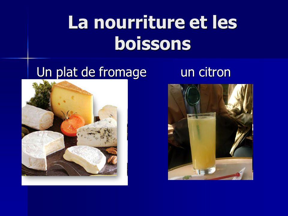 La nourriture et les boissons Un plat de fromageun citron pressé