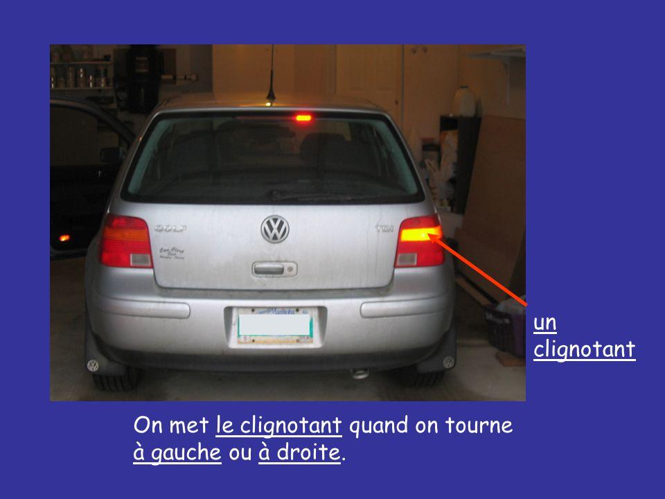 un clignotant On met le clignotant quand on tourne à gauche ou à droite.