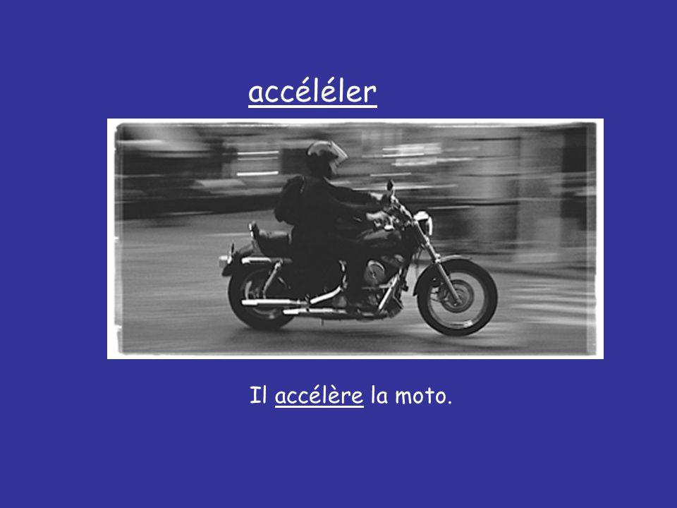 Il accélère la moto. accéléler