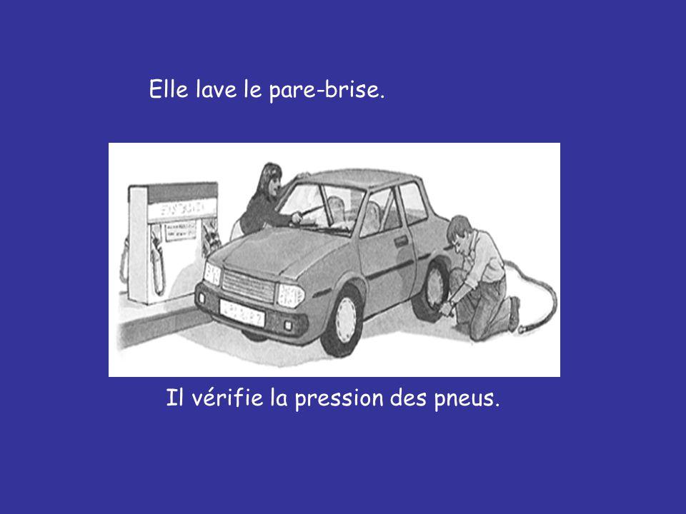 Elle lave le pare-brise. Il vérifie la pression des pneus.