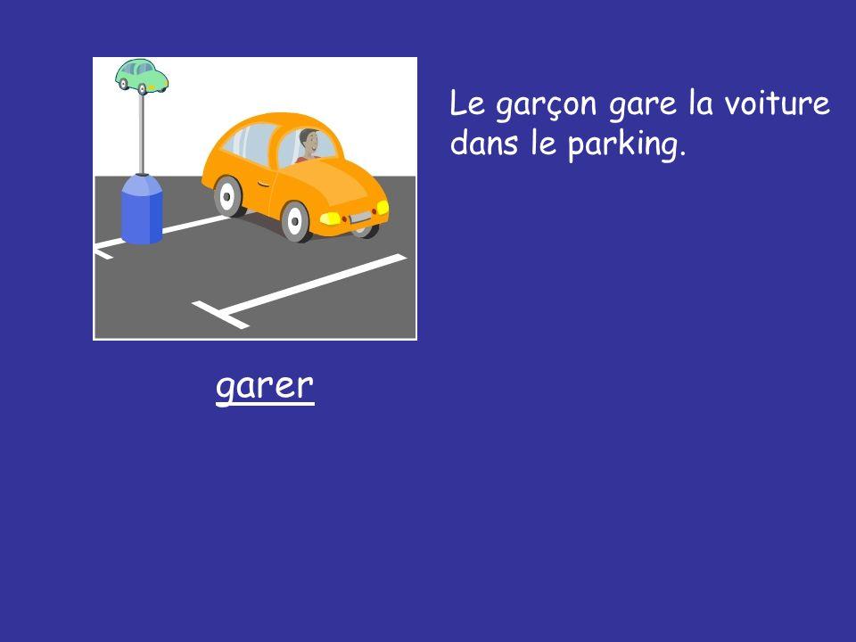 Le garçon gare la voiture dans le parking. garer